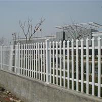 护栏,垃圾桶,宣传栏,休闲椅等公共设施。